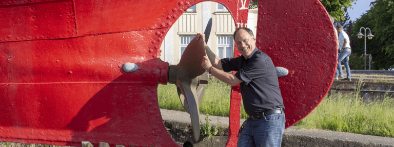 Andreas dreht eine Schiffsschraube am Hafen in Husum