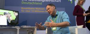 Andreas diskutiert am Stand der Deutschen Wohnungswirtschaft