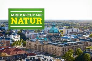 Blick über das Leipziger Bundesverwaltungsgericht hinaus auf den baumgesäumten Horizont