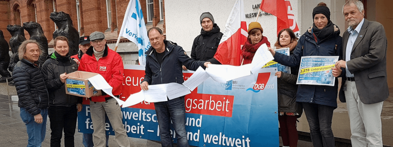 Andreas Tietze bei Übergabe der Unterschriften von BEI und DGB