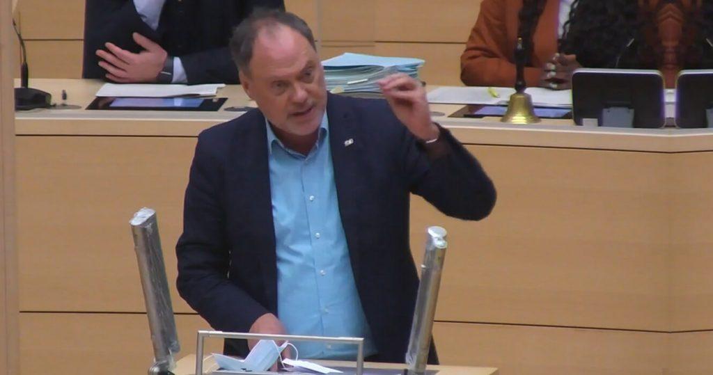 Andreas Tietze spricht im Plenum des Landtags zum Thema Mietenmoratorium