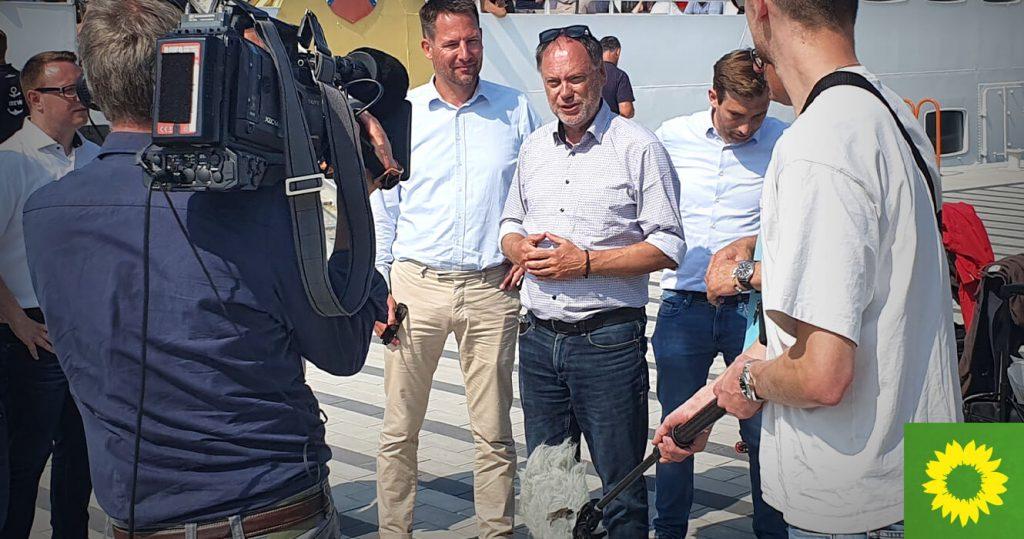 Andreas Tietze, Wirtschaftsausschuss-Vorsitzender des Landtags Schleswig-Holstein vor Fernsehkameras des NDR auf der Nordseeinsel Helgoland